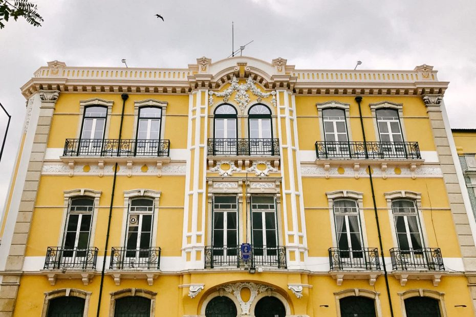 Setubal yellow building
