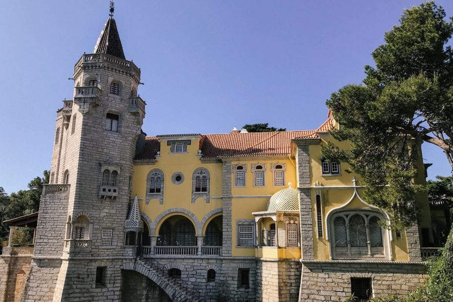 Beautiful yellow palace in Cascais