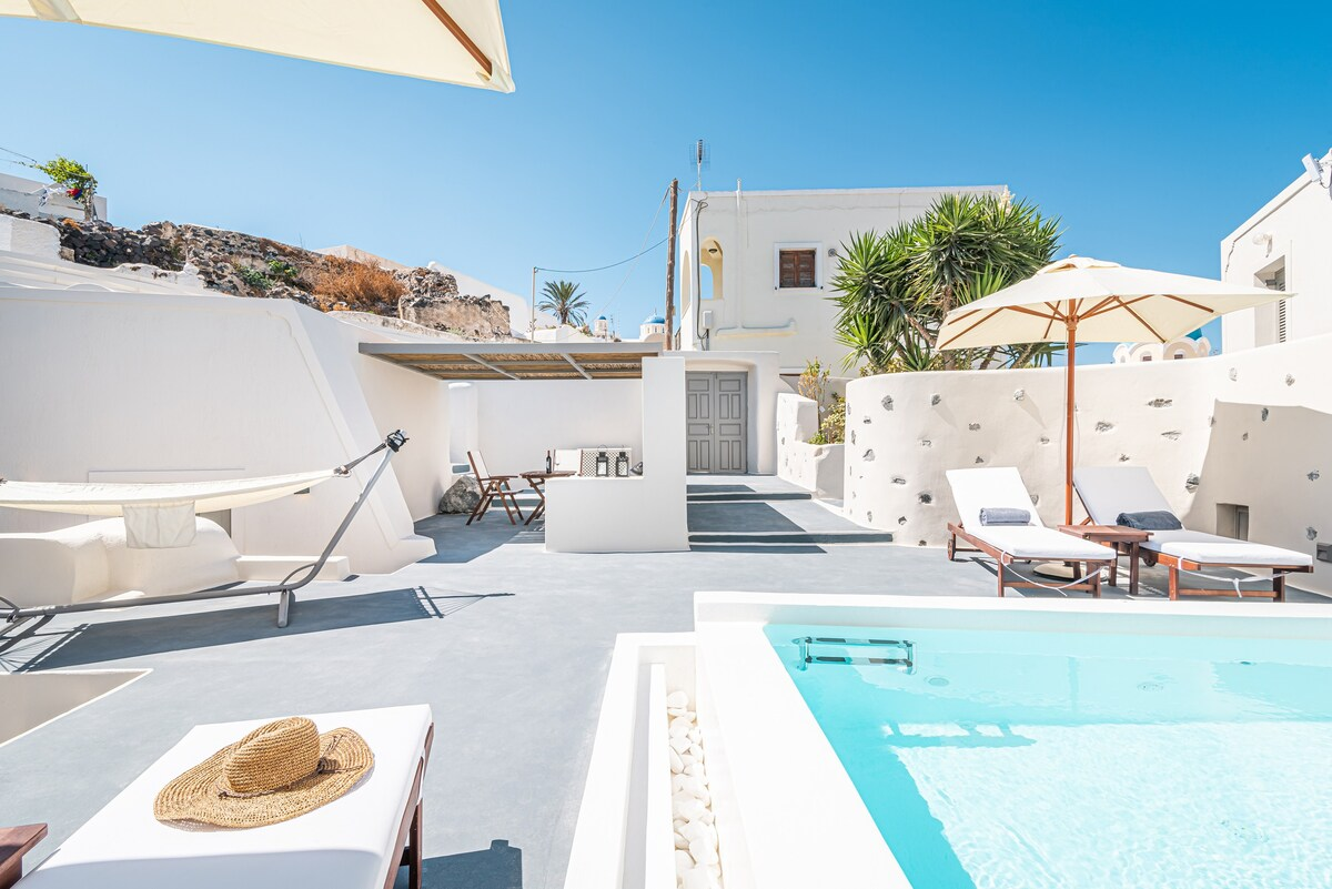 11. Spacious Cave House Villa with Pool in Fira